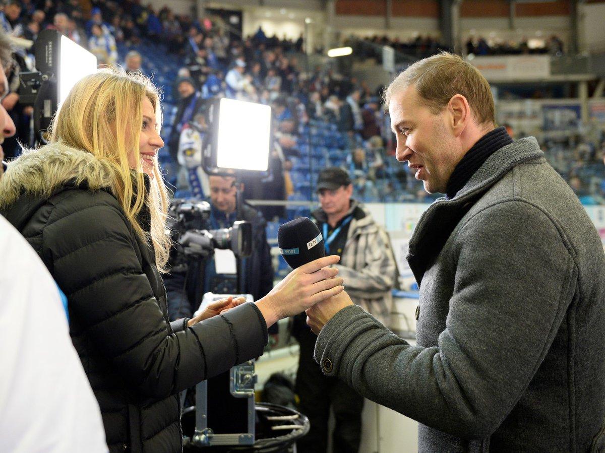 Lucie Šafářová si před televizním výstupem krátce popovídala i s bývalým útočníkem a expertem O2 TV Sport Petrem Tonem