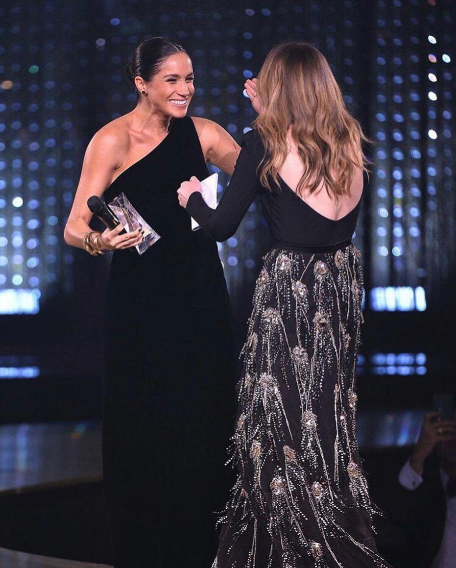 Meghan gratulovala vítězce Clare, jež jí navrhla svatební šaty.
