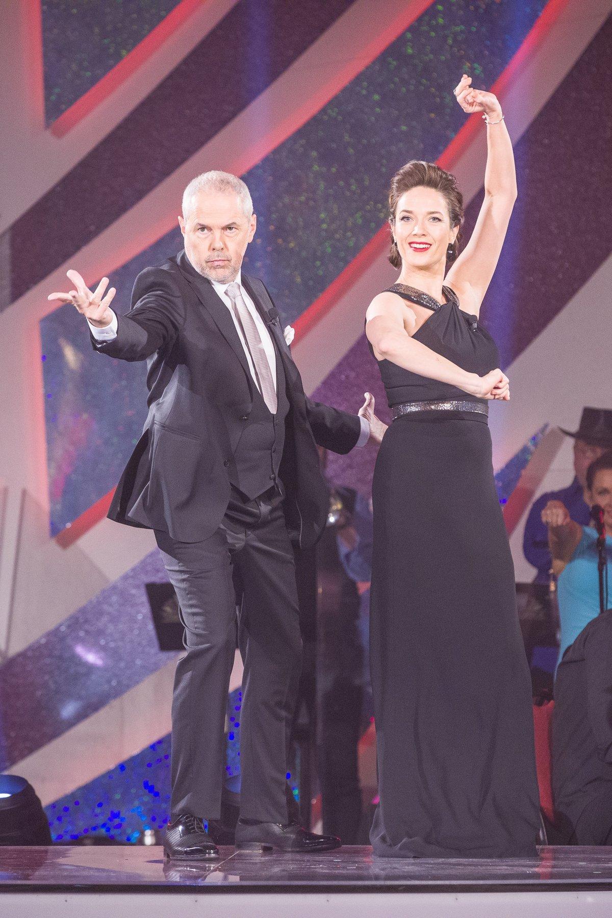 Osmý večer  Kovaříková je pyšná i na černý model se stříbrným uzlem.
