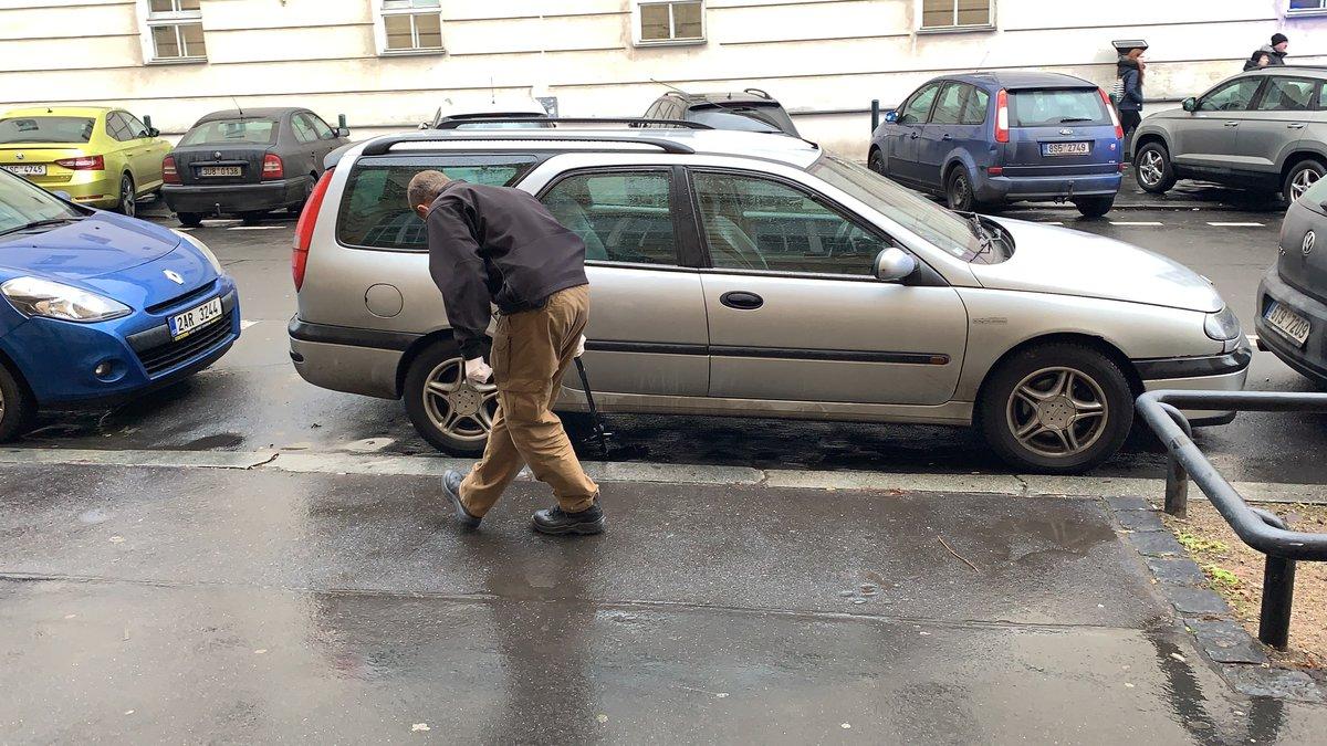 Policisté v Praze dopadli lupiče, kteří přepadli klenotnictví v Teplicích. Našli jejich auto.