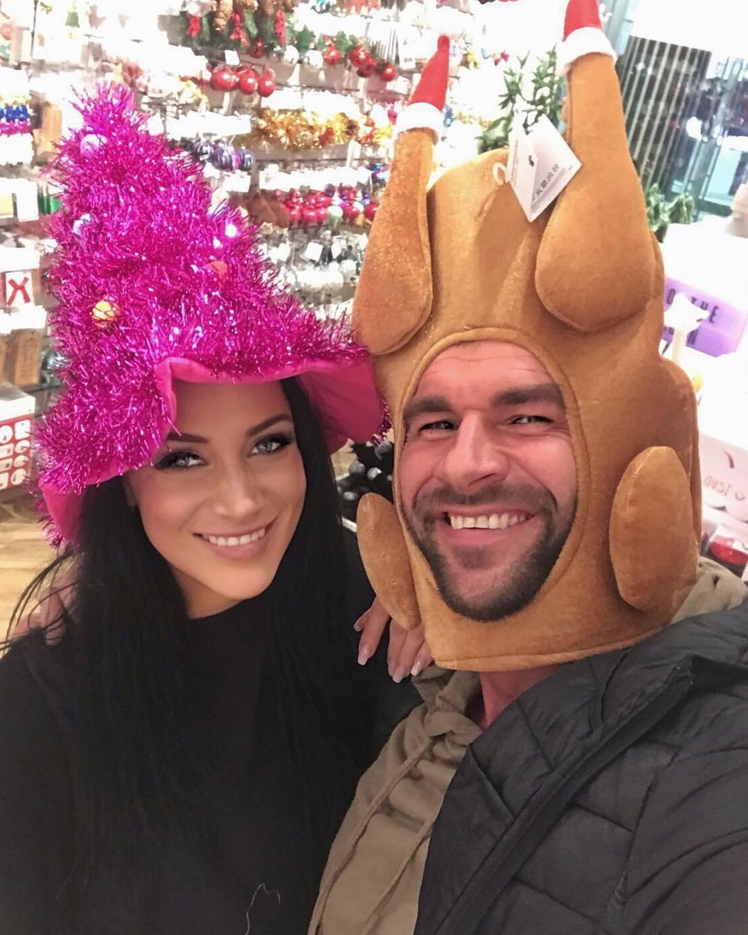 Andrea Pomeje a její přítel Pedritko si vystačili jen s vánočními ozdobami hlav