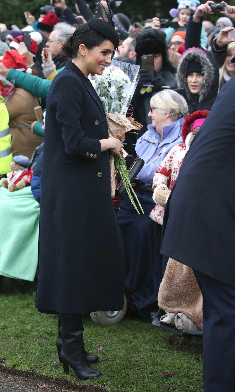 Kate s Meghan musely zakopat válečnou sekeru alespoň na Vánoce. Byl to výslovný příkaz královny Alžběty II.
