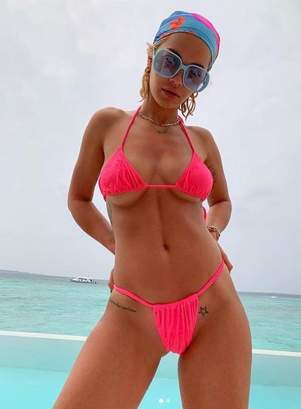 Rita Ora se na Instagramu pochlubila neschopností vybrat správnou velikost podprsenky