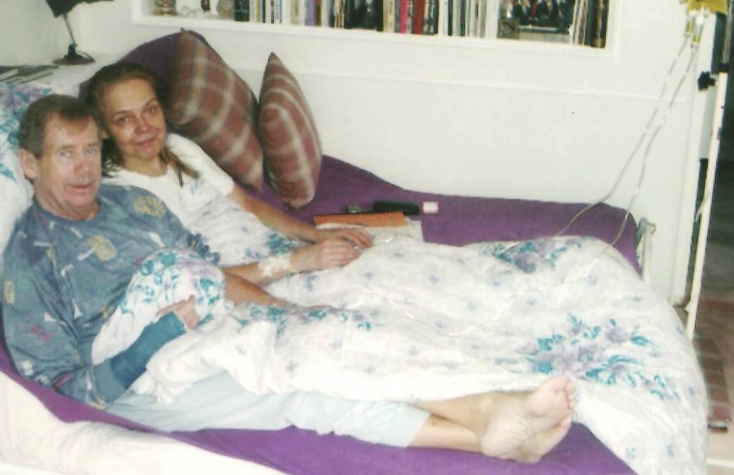 Dagmar Havlová s Václavem Havlem v posteli v pyžamech.