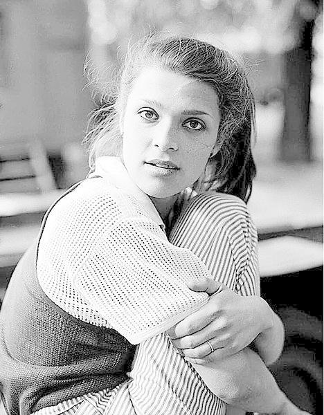 1984 Herečka už od puberty vynikala krásou.
