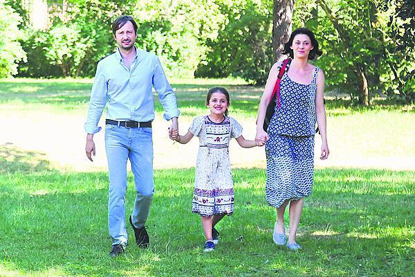 Filmová rodinka. Manželku, se kterou v Ceně za štěstí manipuluje, hrála Klára Trojanová