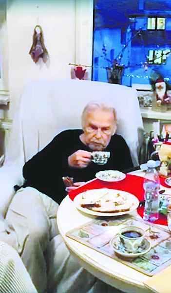 Munzarův poslední snímek z loňských Vánoc, kdy si pochutnával na cukroví.