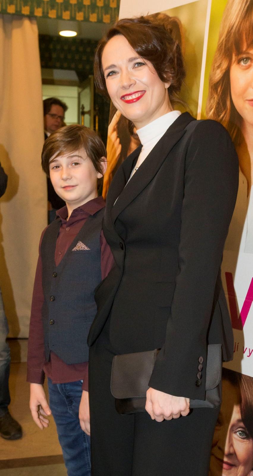 Tereza Kostková se synem Tondou na premiéře filmu Ženy v běhu.