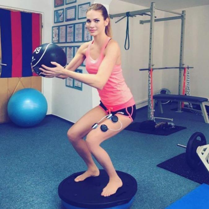 Andrea Verešová při speciálním cvičení, kdy jí do svalů proudí elektrické stimuly