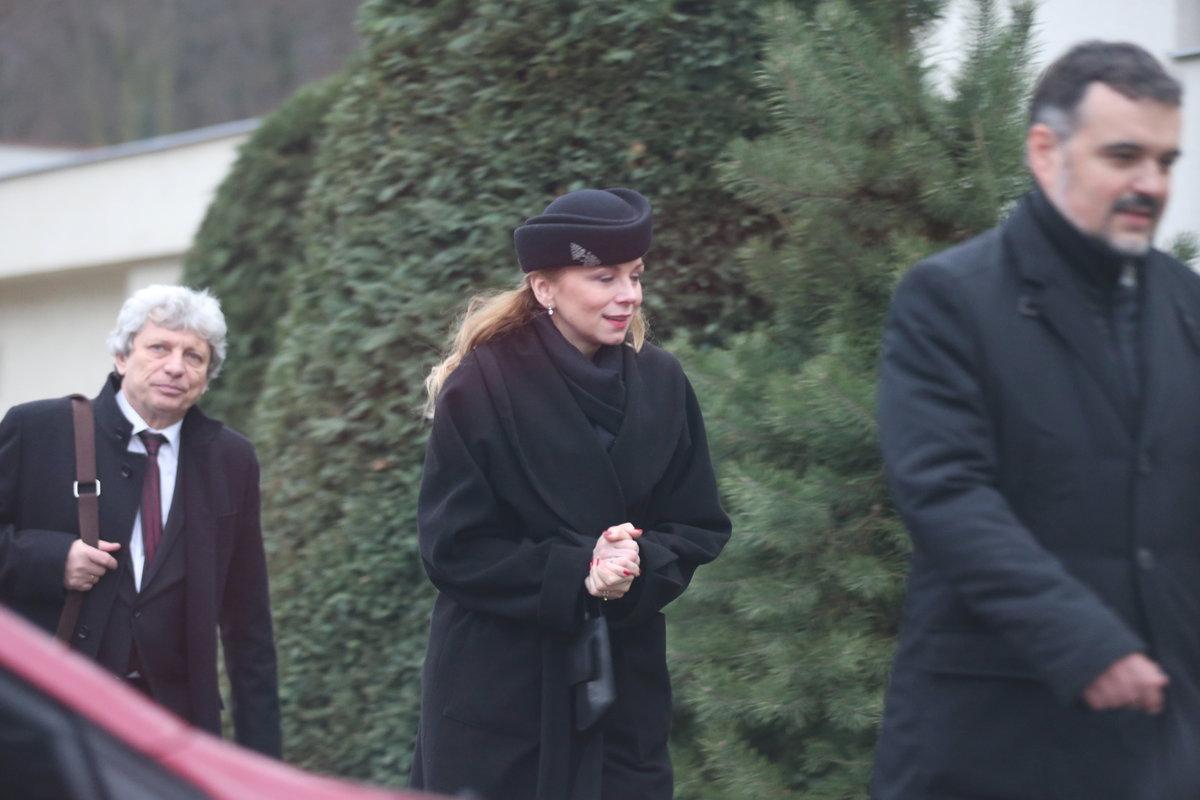 Pohřeb Luďka Munzara: Pozůstalí u jeho domu