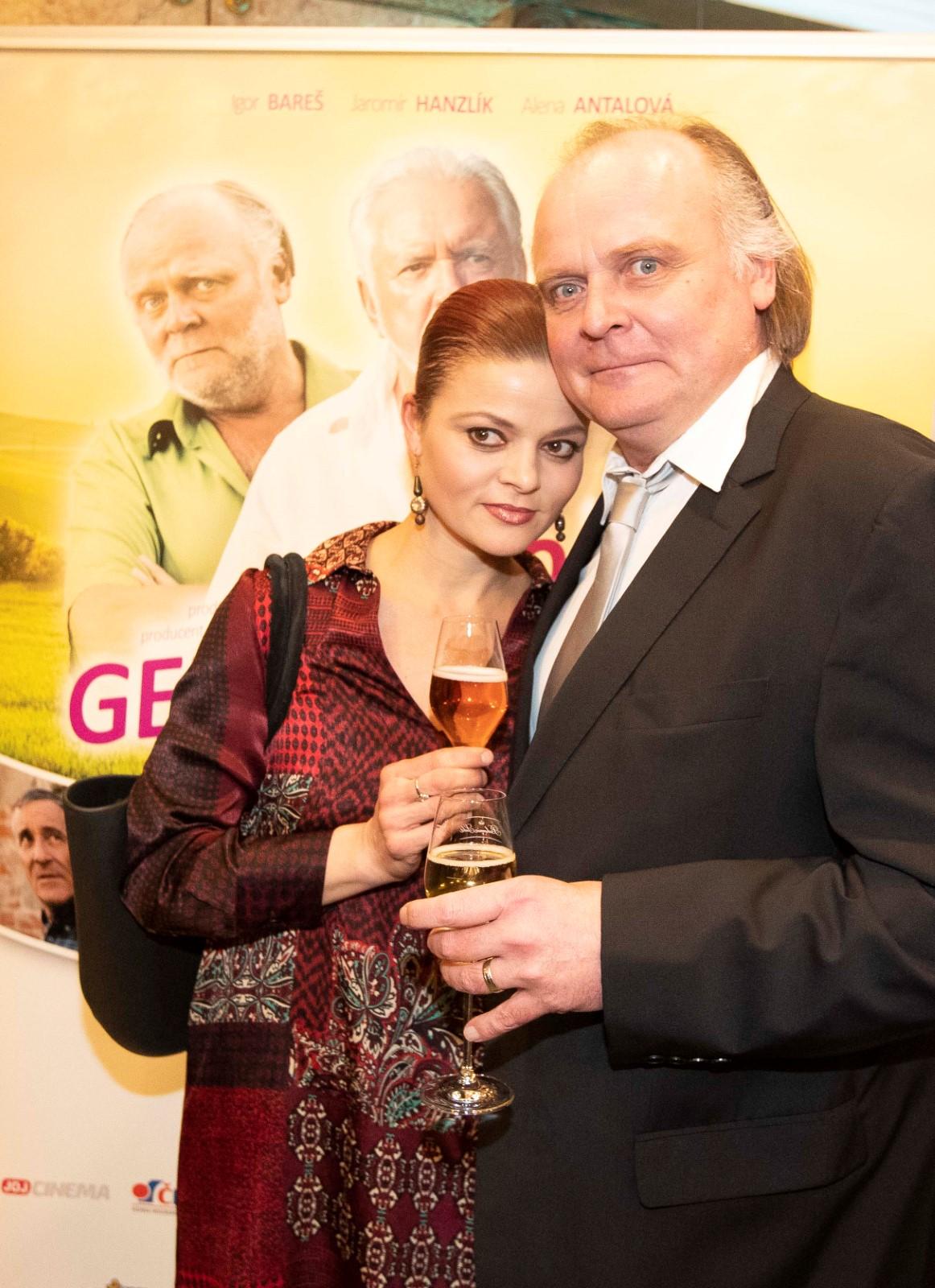Premiéra Léta s gentlemanem: Igor Bareš s manželkou Antonií Talackovou