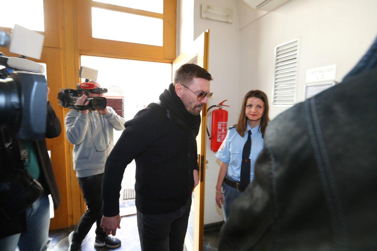 Tomáš Řepka se dostavil k soudu, který ho poslal na půl roku do vězení s ostrahou za porušení podmínky z minulosti.