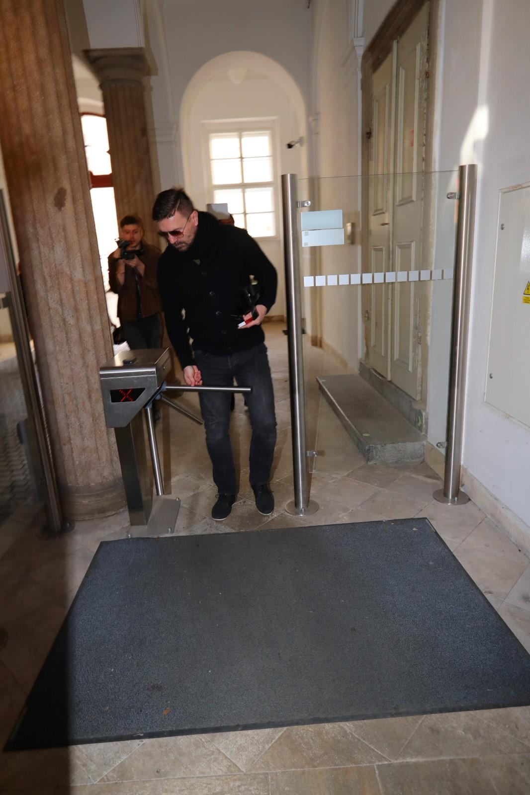 Tomáš Řepka odchází od soudu, který ho poslal za mříže na 9 měsíců nepravomocně.