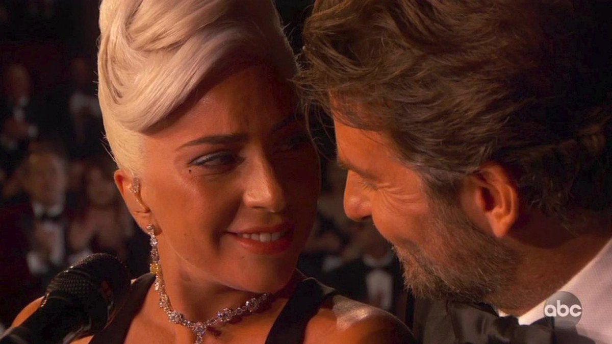Lady Gaga s Bradleyem Cooperem na předávání Oscarů za rok 2018 zazpívali hit Shallow, nebezpečně to mezi nimi jiskřilo.