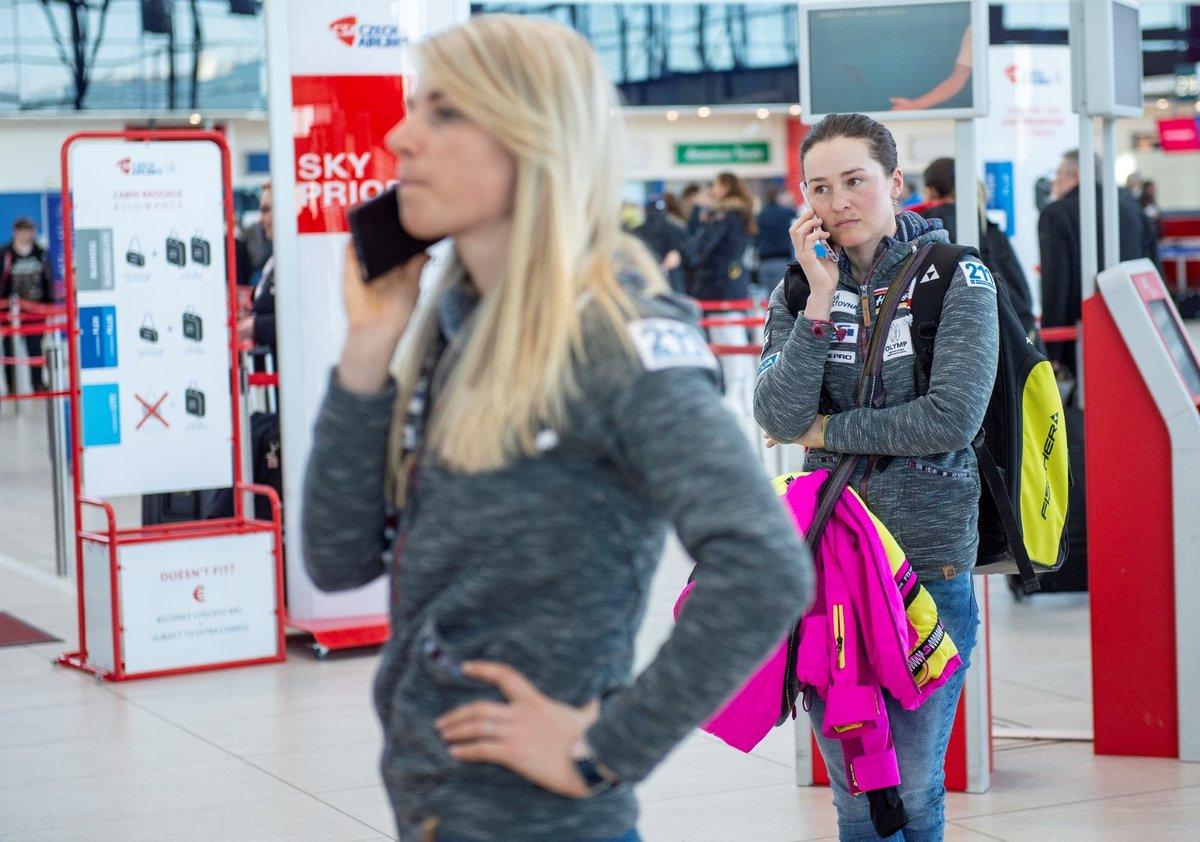 Telefonucící Eva Puskarčíková a Veronika Vítková před odletem do Norska