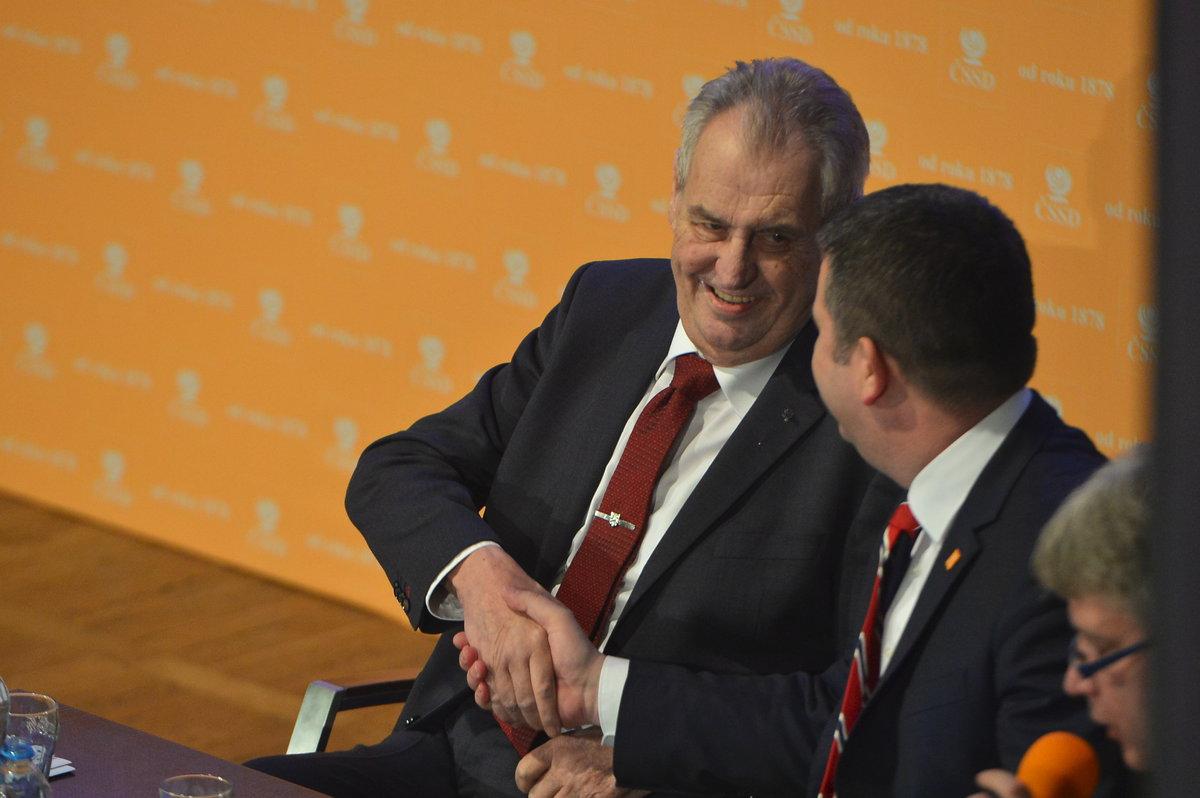 Prezident Miloš Zeman na sjezdu ČSSD. Zdravice s předsedou strany Janem Hamáčkem (1.3.2019)