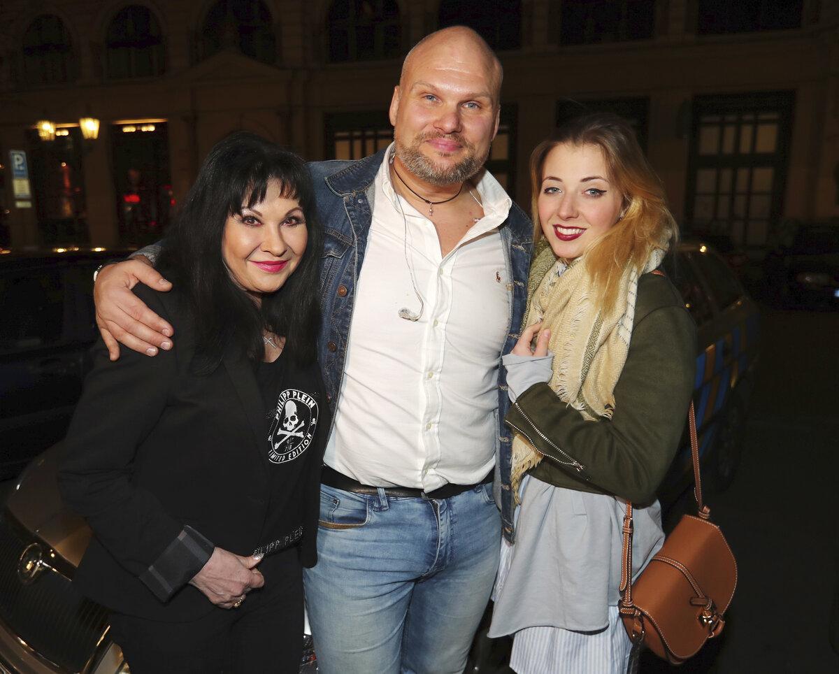 Dáda s dcerou Aničkou Slováčkovou a zpěvákem Radimem Flenderem.