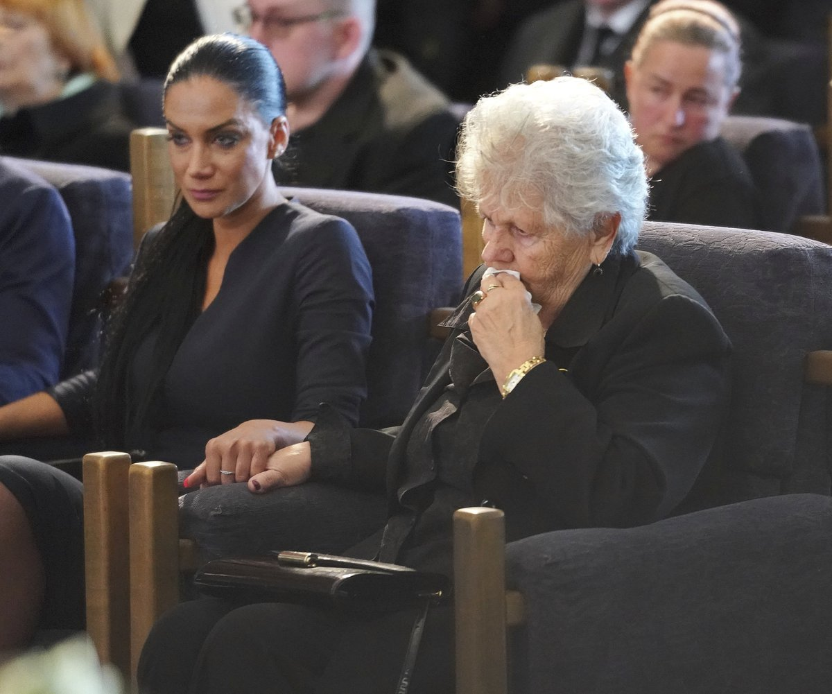 Pohřeb Jiřího Pomeje: Vdova Andrea Pomeje s tchyní, maminkou Jiřího, si byly vzájemně oporou