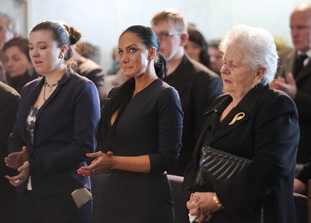 Pohřeb Jiřího Pomeje: Vdova Andrea Pomeje s tchyní, maminkou Jiřího, v slzách