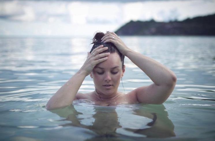 Nenalíčená, neučesaná a nahá Ewa Farna ve vodě.