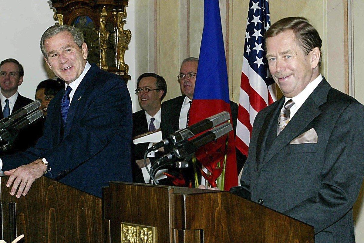 Václav Havel v roce 2002 s Georgem Bushem mladším v Praze