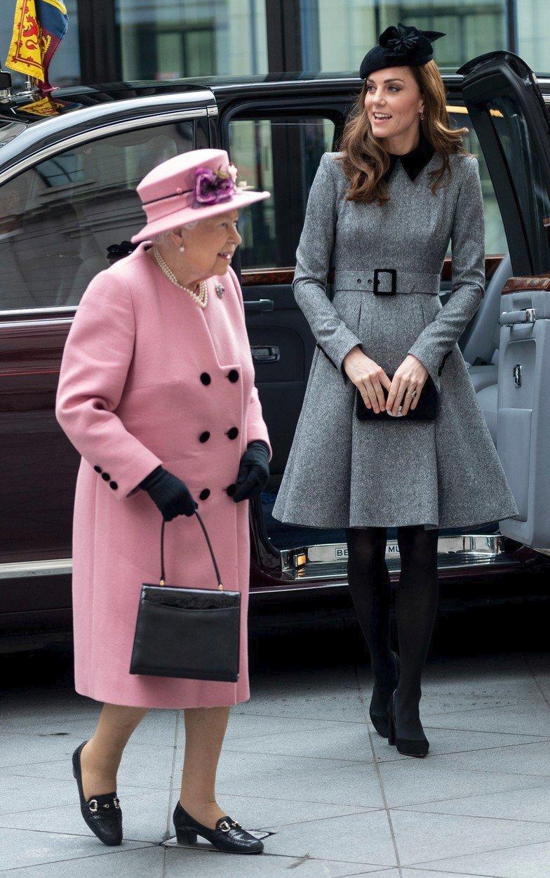 Královna s Kate otevíraly nové křídlo King's College