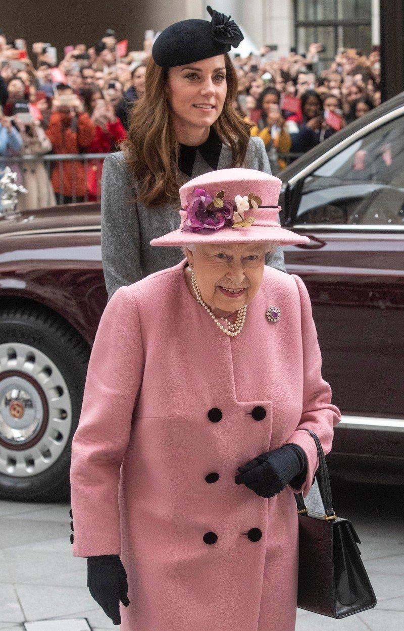 Královna Alžběta II. a vévodkyně Kate.