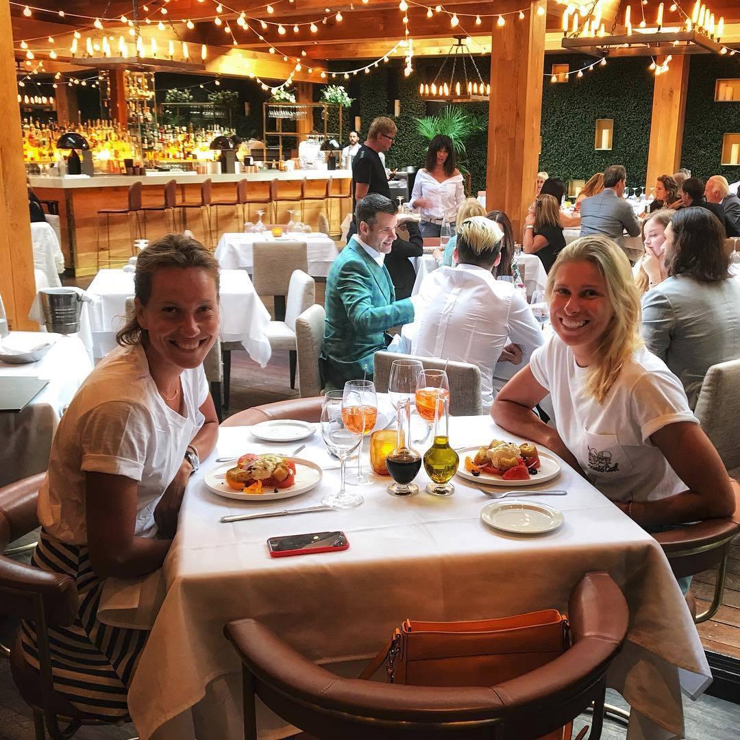 Pohodička u večeře. Barbora Strýcová s Andreou Sestini Hlaváčkovou si na jídle rády pošmáknou