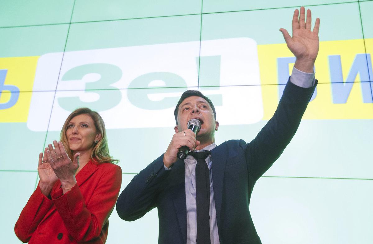 Komik Volodymyr Zelenskyj je favoritem prezidentských voleb na Ukrajině. Po prvním kole vede (31.3 2019)