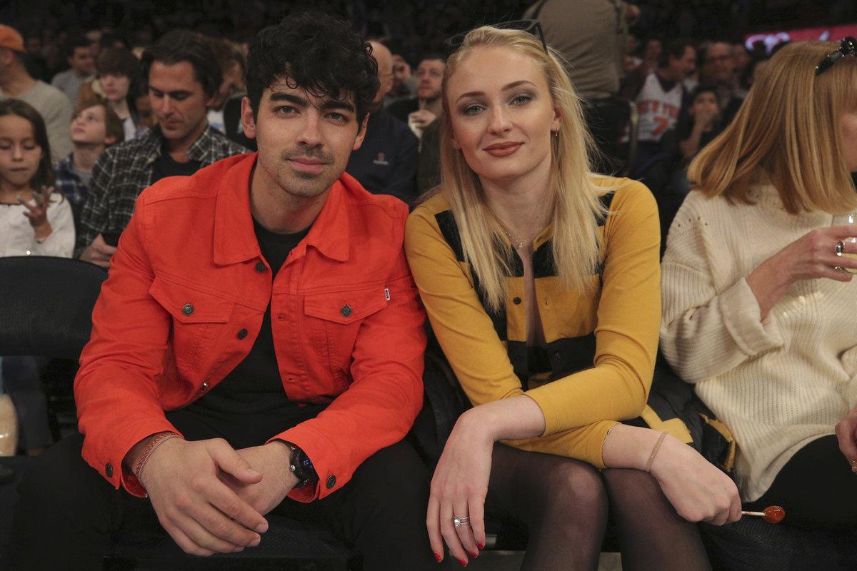 Sophie Turner a její snoubenec, zpěvák Joe Jonas na basketballu