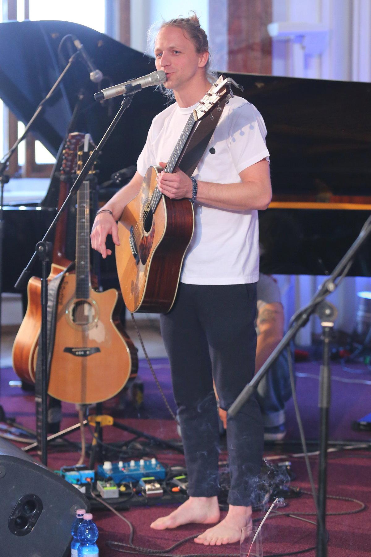 Tomáš Klus během svého vystoupení zpívá bosý.