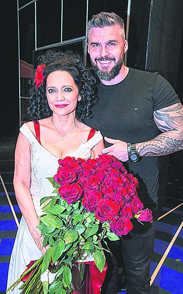 Hned po představení se na jevišti zjevil Filipi a své milé pomáhal s kyticí.