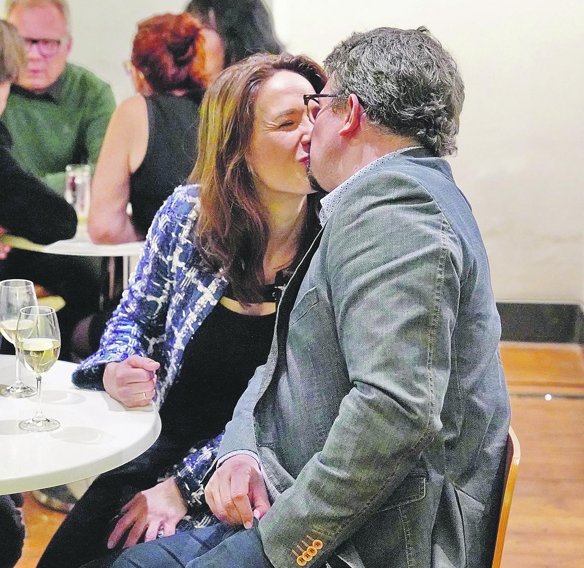 Ovíněná Tereza Kostková se na večírku nemohla odlepit od svého manžela!