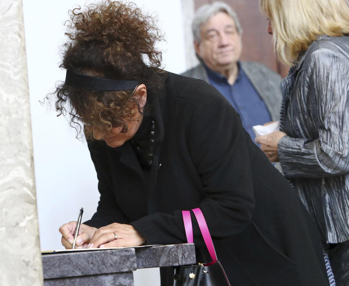 Jitka Zelenková zapisuje do kondolenční knihy