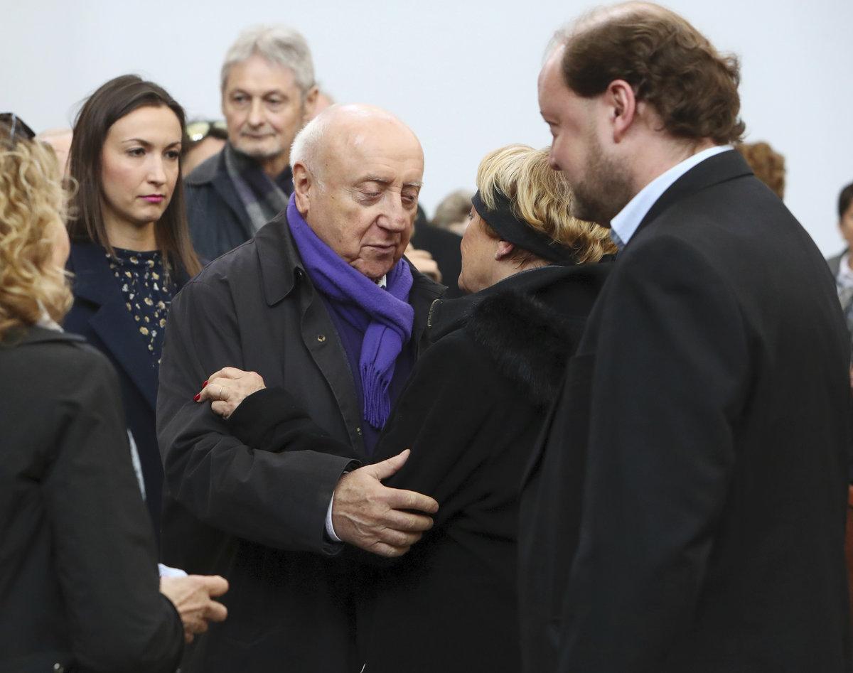 Felix Slováček s Lucií Gelemovou a Vlasta Kahovcová se synem