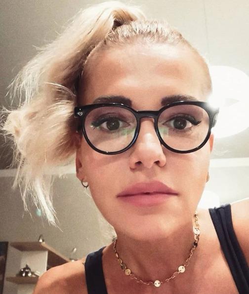 Dara Rolins se ukázala v dioptrických brýlích.