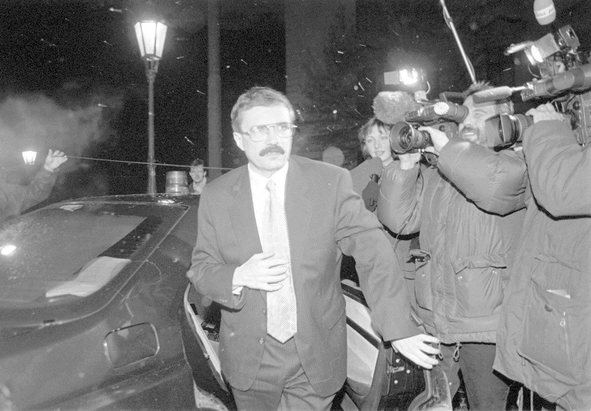 Tehdejšího místopředsedu vlády, ministra zemědělství a předsedu KDU-ČSL Josefa Luxe napadl v kanceláři v budově ministerstva zemědělství útočník, ohrožoval jej nožem a slzným plynem. Lux vyvázl bez zranění.