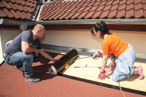 Heidi se nebála ani výšek a pomáhala i na střeše pergoly.