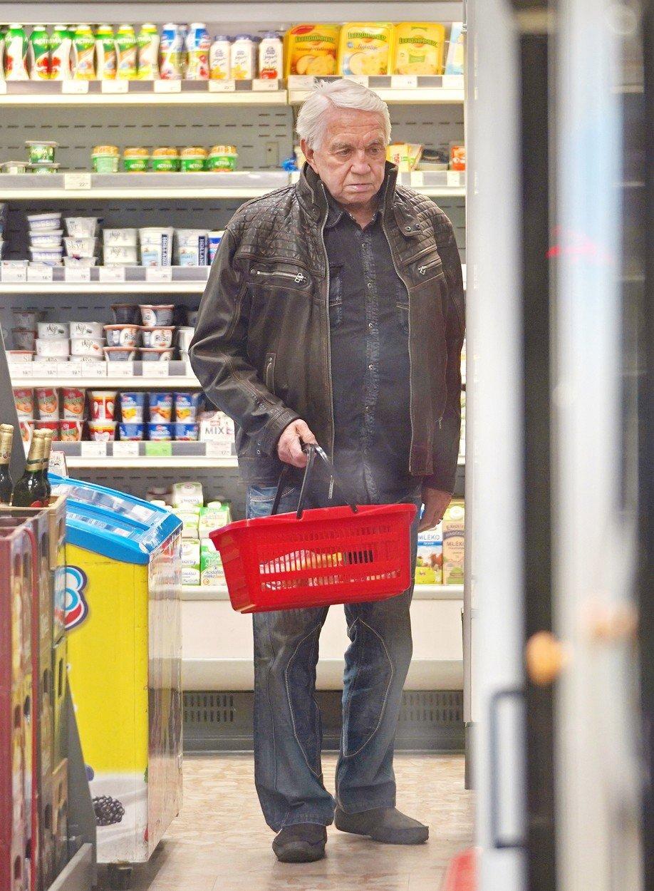 Zatímco Jiří Krampol (80) nakupoval v neděli večer v samoobsluze, Hanka na něj čekala venku a pálila jednu za druhou!