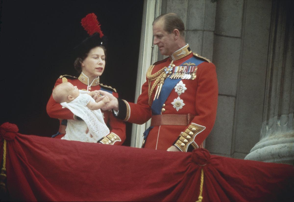 Královna Alžběta II. a princ Philip se svým nejmladším potomkem princem Edwardem krátce po jeho narození v r. 1964.
