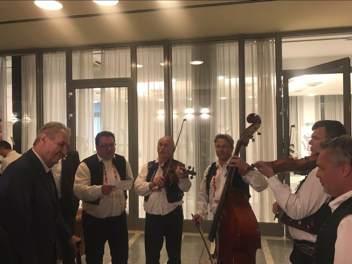 Prezidentovi Miloši Zemanovi zahrála během jeho návštěvy Číny moravská lidová muzika (25.4 2019)