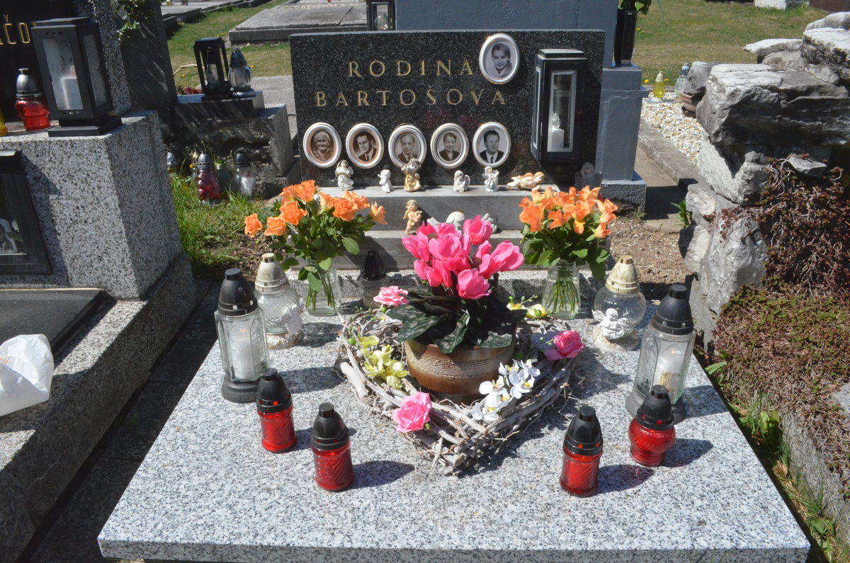 I když urnu s Ivetiným popelem má doma Rychtář v Praze, na hrobě ve Frenštátu hoří svíčky. Srdce přivezla sestra Ivana.