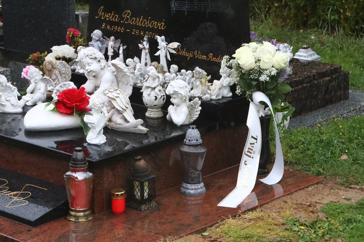 Na náhrobku nechal květiny s osobním vzkazem.