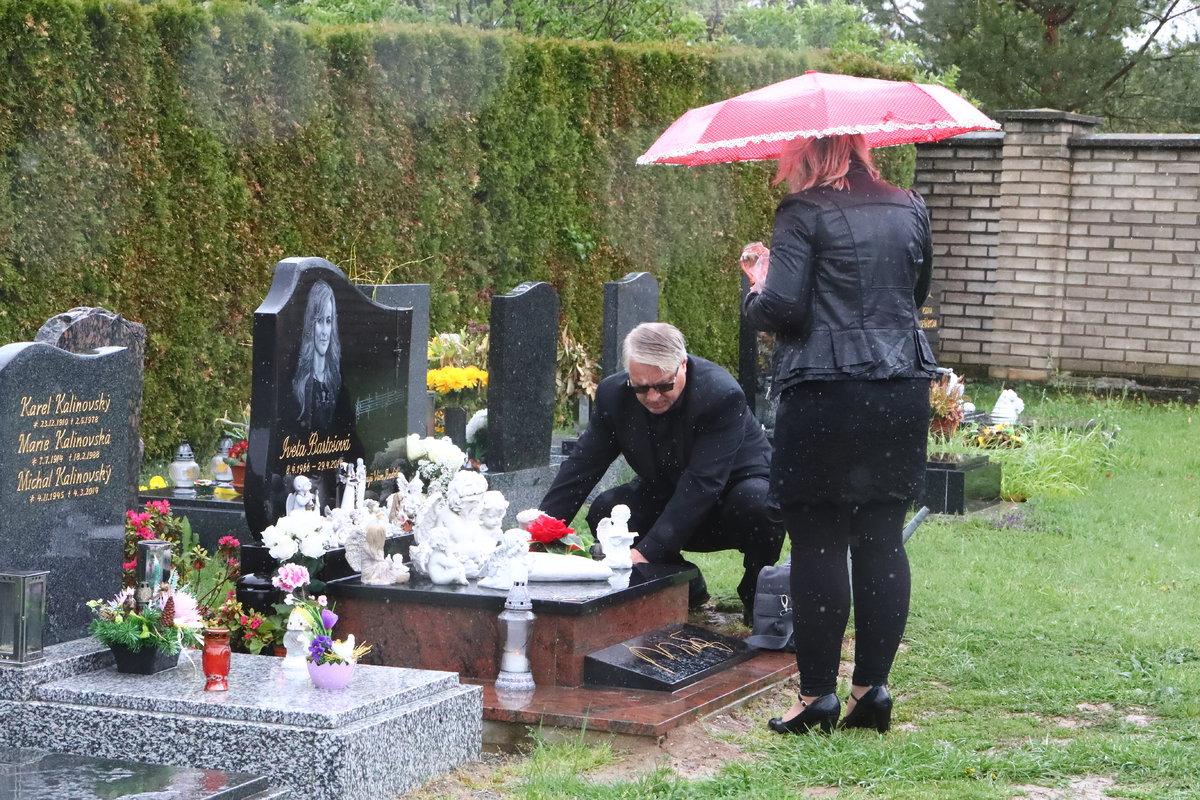 Na Ivetině hrobě.