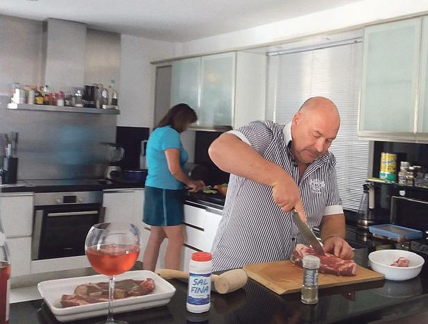 Při vaření rád usrkává skleničku vína.