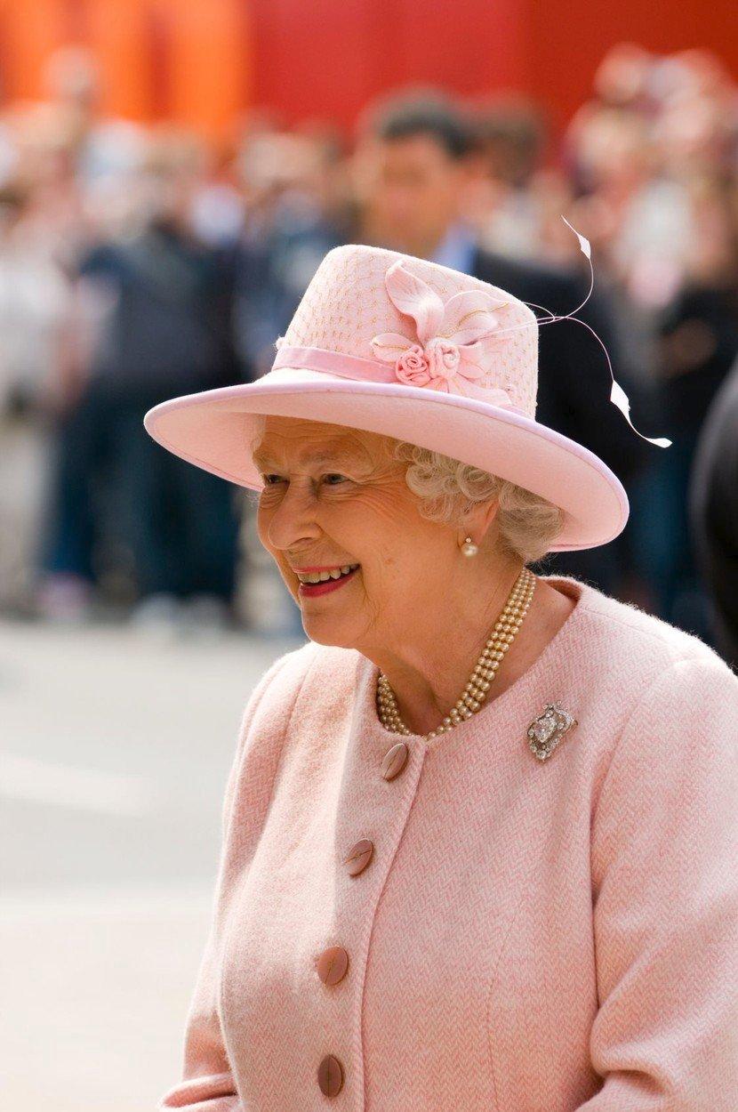 Královna Alžběta II. je nejdéle vládnoucím monarchou v historii, korunována byla v roce 1953, vlády se ujala ještě o rok dříve po smrti svého otce krále Jiřího VI.