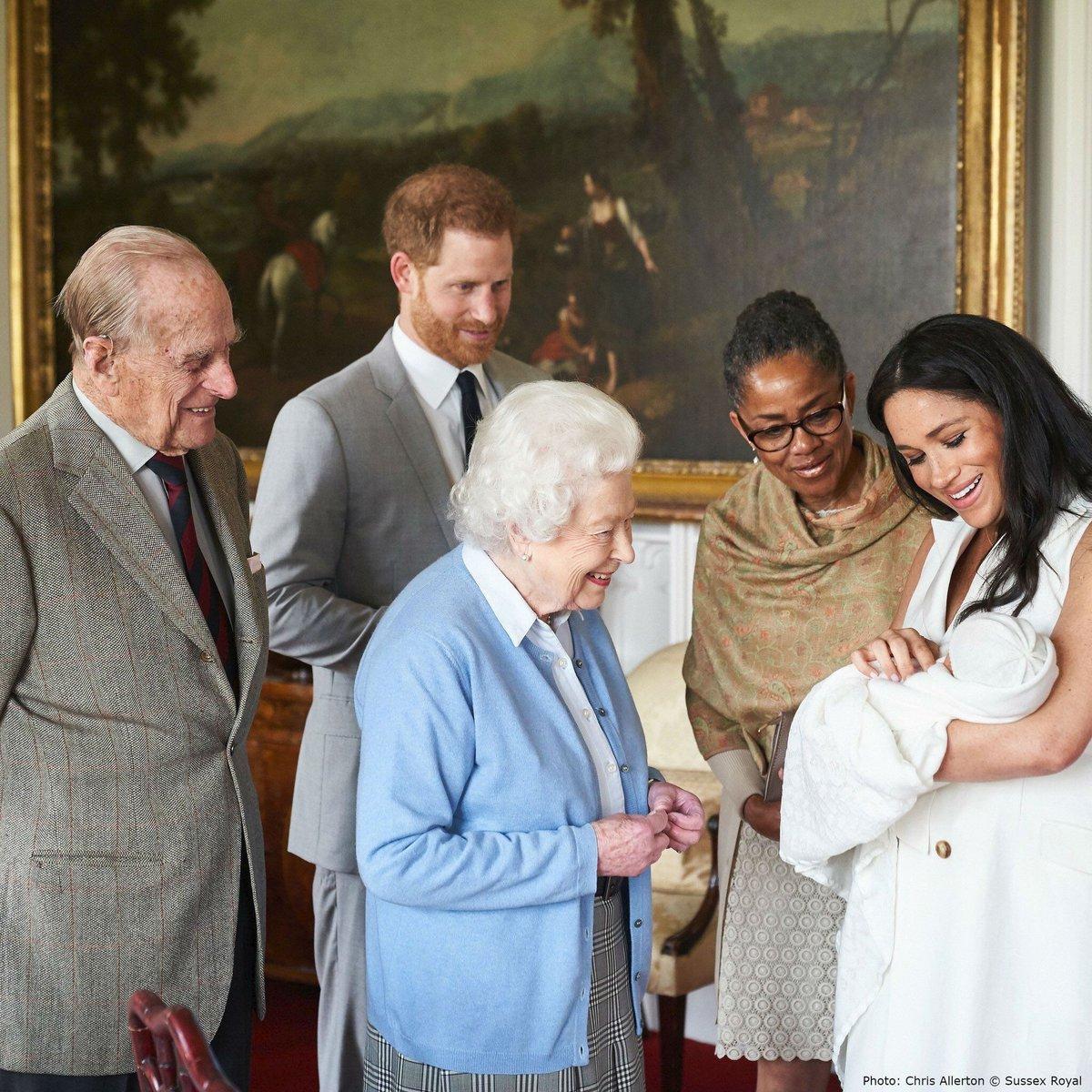 Vévodkyně Meghan ukazuje synka rodině