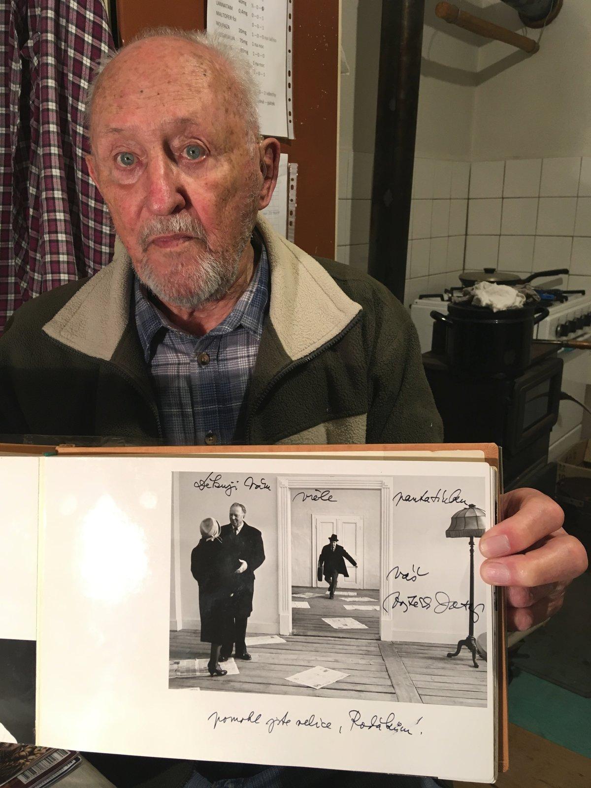 Pamětník Zbyněk Unčovský (89) s fotografií zachycující jeho tátu, velkého ochotníka, v epizodní roli slavného filmu. Režisér Vojtěch Jasný bydlel během natáčení v jejich domě.
