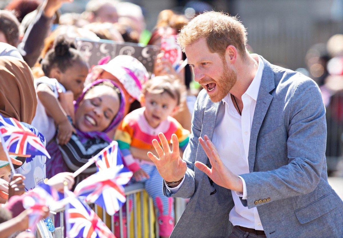 """Princ Harry potěšil dětské pacienty oxfordské nemocnice jeho návštěvou první den po návratu z """"mateřské dovolené"""""""