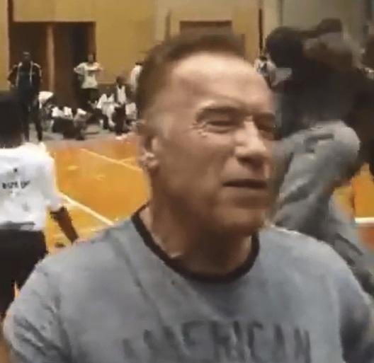 Arnold Schwarzenegger byl napaden v Africe, skopl ho jeden z diváků
